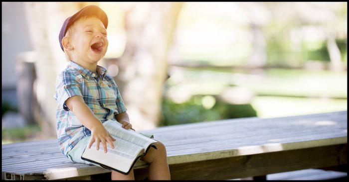 Jongetje dat hard lacht