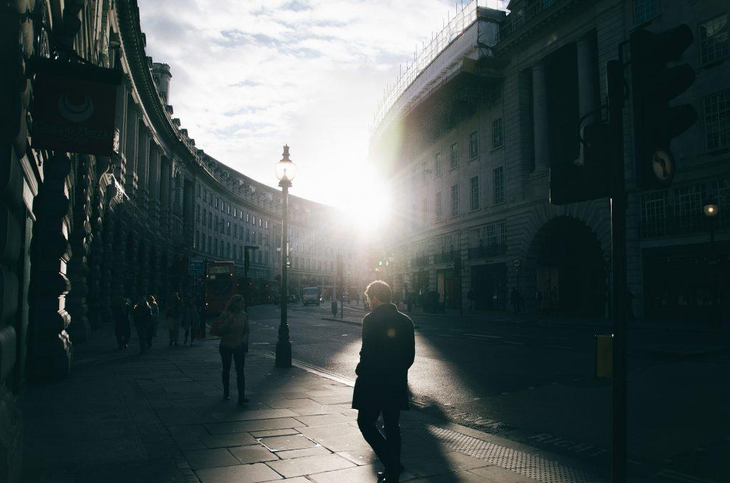 Man op straat in de winter met daglicht