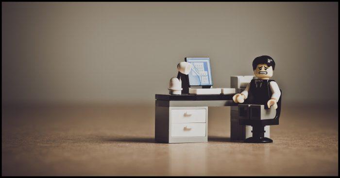 ongelukkige werknemer op kantoor in lego