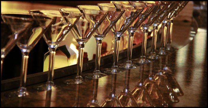 Lege alcoholglazen op bar