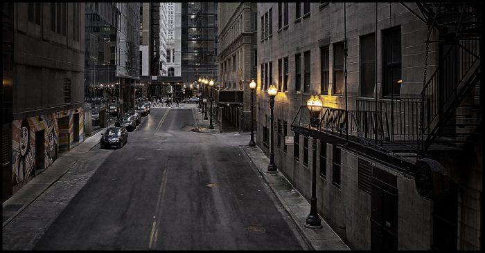 Lege straat bij avondklok