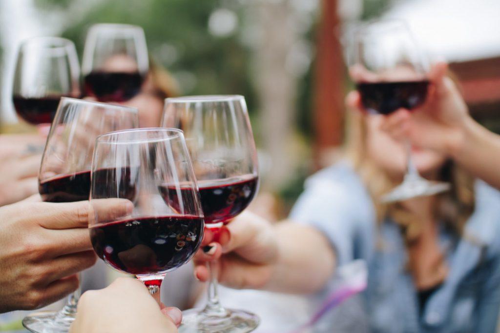 proost met rode wijn in wijnglazen