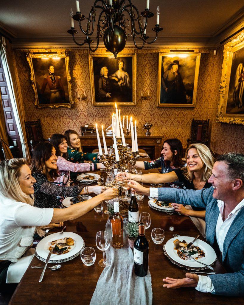 proost met wijnglazen tijdens chique diner